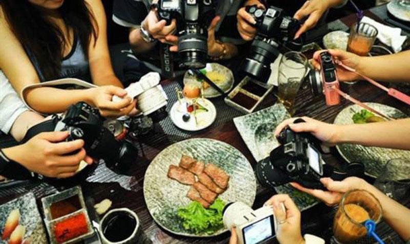 吃美食前拍照